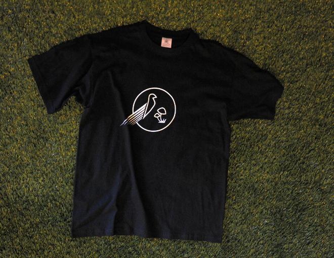 Μαύρο tshirt με λευκό λογότυπο – αναμνηστικά δώρα